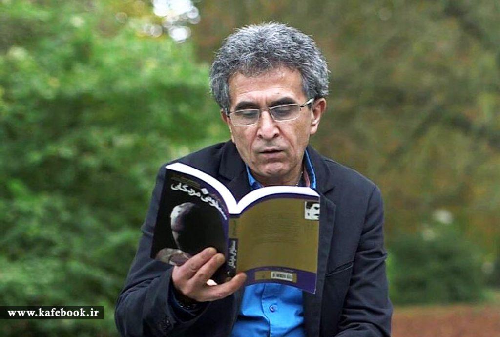 عباس معروفی در حال خواندن کتاب سمفونی مردگان