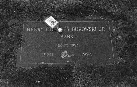 سنگ قبر چارلز بوکوفسکی - قبر بوکوفسکی